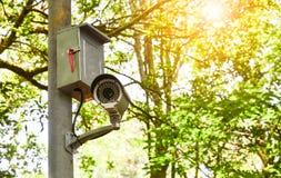 Vieille caméra blanche ou surveillance de télévision en circuit fermé sur le poteau pour surveiller en parc public photographie stock libre de droits