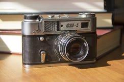 Vieille caméra de film sur la table image libre de droits