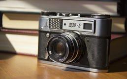 Vieille caméra de film sur la table image stock