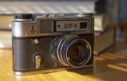 Vieille caméra de film sur la table photos libres de droits
