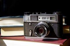 Vieille caméra de film sur la table photo stock