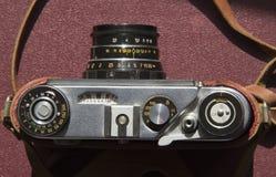 Vieille caméra de film sur la table photographie stock libre de droits