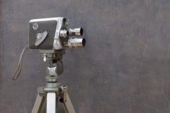 Vieille caméra de film sur le fond peint photographie stock libre de droits