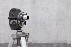 Vieille caméra de film sur le fond peint images stock