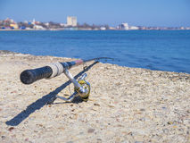Vieille canne à pêche sur la plage Photos stock