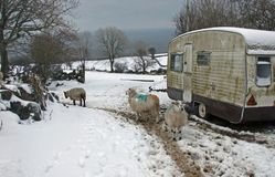 Vieille caravane avec la neige photos libres de droits
