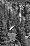 Vieille carlingue de rondin avec la cascade photo stock