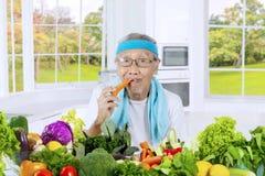 Vieille carotte mangeuse d'hommes dans la cuisine Image stock