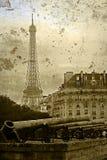 Vieille carte postale avec les canons et le Tour Eiffel de vintage Photo stock