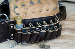 Vieille cartouche de chasse dans la cartouchière sur une table en bois photographie stock