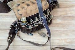 Vieille cartouche de chasse dans la cartouchière sur une table en bois photographie stock libre de droits