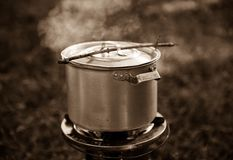 Vieille casserole en aluminium sur le gaz Photographie stock libre de droits