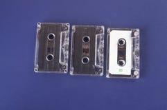 Vieille cassette avec le fond bleu Image stock