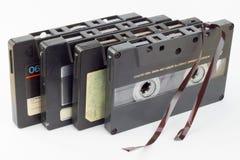 Vieille cassette sonore d'isolement sur le blanc Cassette sonore endommagée poussiéreuse, enregistrement sonore historique sur la Photos stock