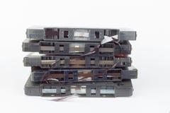 Vieille cassette sonore d'isolement sur le blanc Cassette sonore endommagée poussiéreuse, enregistrement sonore historique sur la Photos libres de droits