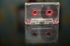 Vieille cassette sonore sur un fond noir, enregistrement audio, film photos libres de droits