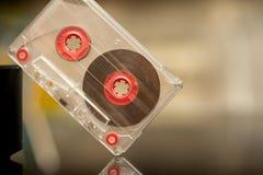 Vieille cassette sonore sur un fond noir, enregistrement audio, film image libre de droits