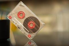 Vieille cassette sonore sur un fond noir, enregistrement audio, film photo stock