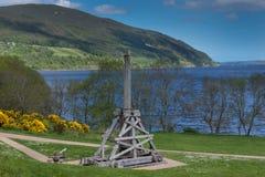 Vieille catapulte pour des au sol de château d'Urquhart chez Loch Ness image stock