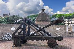 Vieille catapulte romaine en ` Angelo de Castel Sant image stock