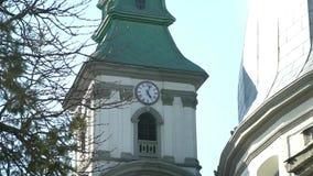 Vieille cathédrale avec une horloge là-dessus banque de vidéos