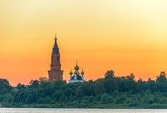 Vieille cathédrale orthodoxe au-dessus de ciel de coucher du soleil Image libre de droits