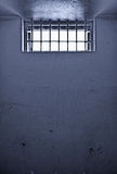 Vieille cellule de prison avec l'hublot barré Photo libre de droits