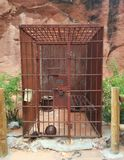 Vieille cellule de prison rouillée occidentale en métal dans le désert images stock