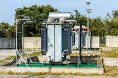 Vieille centrale électrique à haute tension de transformateur Photographie stock libre de droits