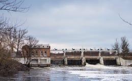 Vieille centrale hydroélectrique sur la rivière de Vorskla dans la région de Poltava, Ukraine photographie stock libre de droits