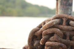 Vieille chaîne rouillée en métal attachée Image stock