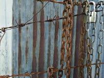 Vieille chaîne rouillée en métal, fils de rouille avec le fond de rouille de zinc image stock