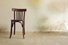 vieille chaise dans la chambre Photo stock