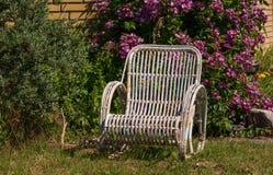 Vieille chaise de jardin blanche dans le jardin photos stock