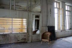 Vieille chaise de rotin abandonnée dans un hôtel photographie stock libre de droits