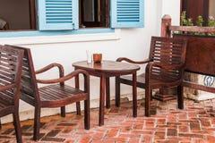 vieilles chaise et table en bois image stock image du blanc pr sidence 42522211. Black Bedroom Furniture Sets. Home Design Ideas