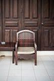Vieilles chaise et table en bois photo stock image 42522211 - Vieille chaise en bois ...