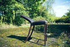 Vieille chaise en bois cassée Image stock