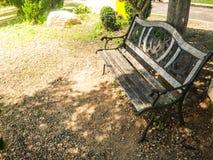 Vieille chaise en bois en parc Photos stock