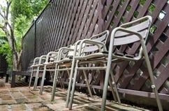 Vieille chaise en métal sur le plancher de brique photo stock