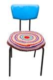 Vieille chaise en similicuir bleue avec l'isolant rond de couverture de knit fait main Photo stock