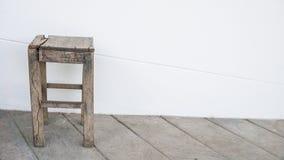 Vieille chaise faite de bois Image libre de droits