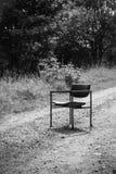 Vieille chaise sur un chemin de terre Images libres de droits