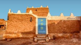 Vieille Chambre arabe avec des lanternes de porte et d'antiquité - architecture arabe traditionnelle de boue - une partie maison  photos stock