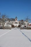 Vieille Chambre avec la neige sur la pelouse Photographie stock