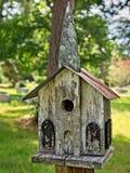 Vieille Chambre d'oiseau dans un cimetière 2 Photos libres de droits
