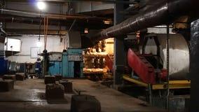 Vieille chambre de ventilation en soute abandonnée Équipement rouillé de ventilation de filtre clips vidéos