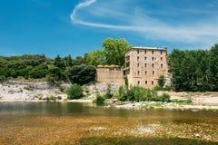 Vieille Chambre près d'aqueduc romain antique de Pont du le Gard, Nîmes, France Photographie stock libre de droits