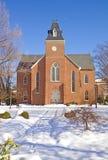 Vieille chapelle sur un campus d'université en verticale de l'hiver Images stock