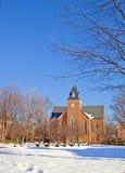 Vieille chapelle sur un campus d'université en verticale de l'hiver Photo libre de droits